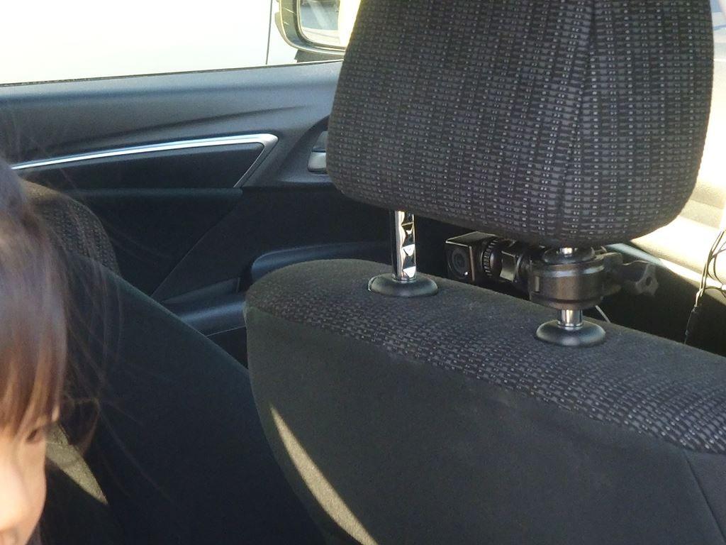 いつも通りチャイルドシートを前向きにして、運転席のヘッドレストにカメラを両面テープで取りつけました
