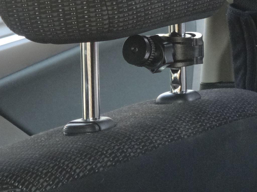 今度は前向きシート用にしてみます。ヘッドレストは柱の下側プラスチックの横がボタンになっていて、押しながら上げると取れました